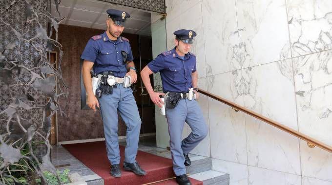 La polizia nella sede di una delle società nel mirino (Newpress)