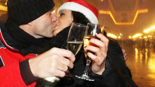 Un romantico brindisi per festeggiare il 2015 (Newpress)