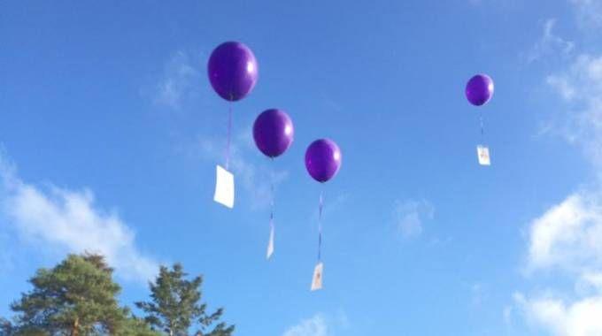 Il lancio dei palloncini ricordo dall'asilo inglese Bordon Garrison Pre-school & Crèche