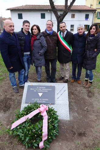 Il sindaco Samuele Bertinelli inaugura la lapide dedicata agli omosessuali uccisi durante la 'Shoah' alla presenza del presidente nazionale di Arcigay Flavio Romani (Acerboni/ FotoCastellani)
