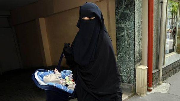 Un donna musulmana con indosso il burqa (Ansa)