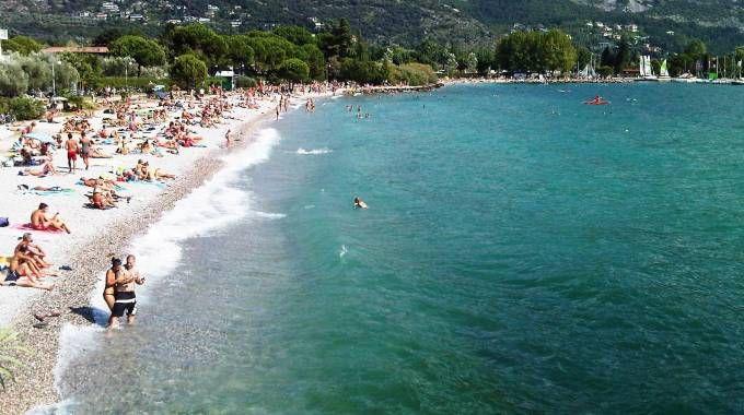 Una spiaggia sul lago di Garda (Ansa)