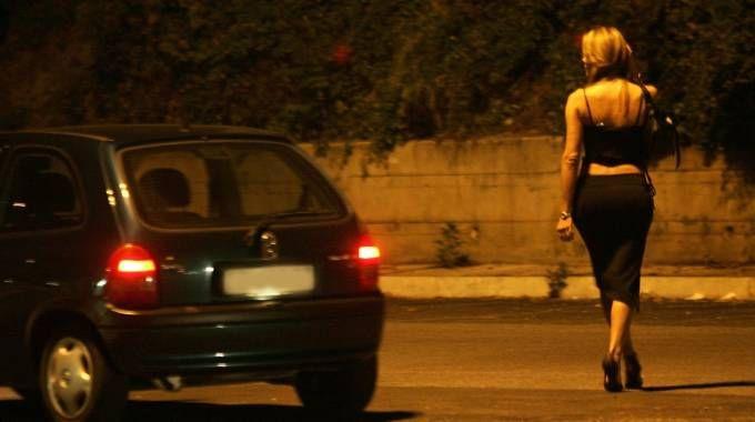 Una prostituta in una strada dell'Eur a Roma (Ansa)