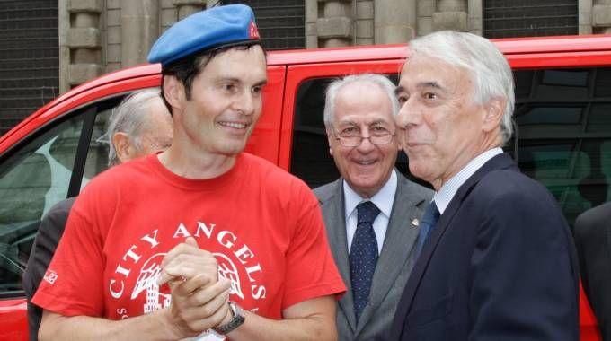 Mario Furlan, fondatore dei City Angels, e il sindaco di Milano Giuliano Pisapia