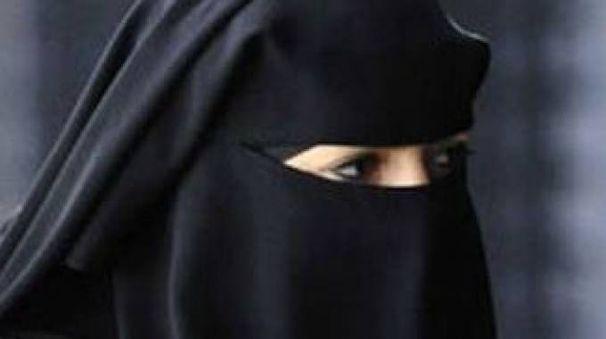 Una donna che indossa il burqa