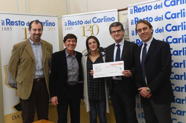 L'assegno consegnato all'associazione Bimbo Tu, ritirato dal presidente Alessandro Arcidiacono e da Nicoletta Contini