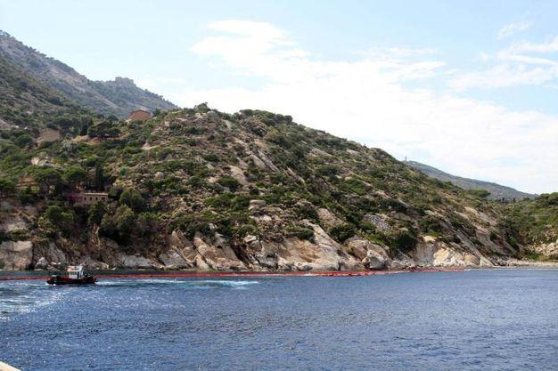 Lì dove c'era il relitto dopo la partenza della Concordia dall'Isola del Giglio (foto ANSA/ CLAUDIO GIOVANNINI)
