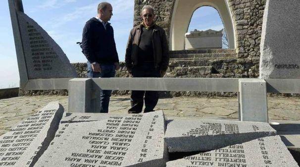 Il sindaco Maurizio Verona ed Enrico Pieri di fronte alla lapide dei Caduti