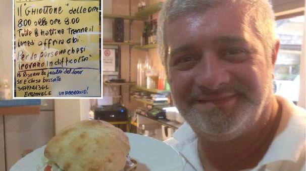 """Emanuele Innocenti, titolare del """"Ghiottone"""" e il cartello che ha appeso alla porta del ristorante"""