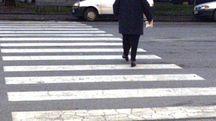 Un'anziana sulle strisce pedonali (foto Germogli)