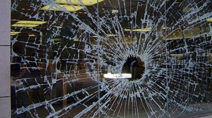 Una vetrina sfondata (foto di repertorio)