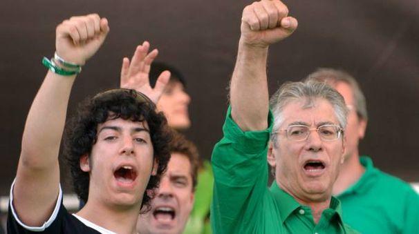 Umberto Bossi col figlio Renzo, detto il 'Trota' (Imagoeconomica)