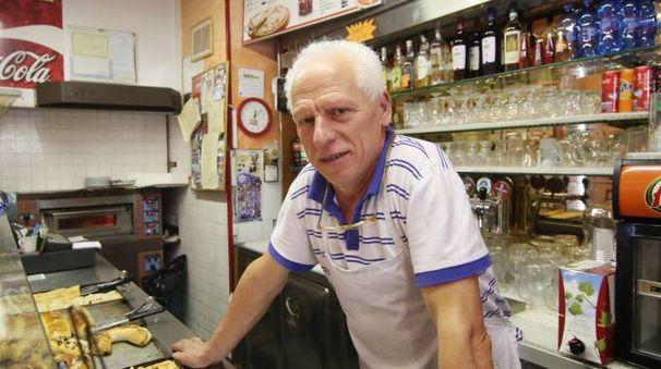 Pietro Orologio chiude la pizzeria Etrusca dopo 40 anni. Ma non perde il suo buonumore (Crocchioni)
