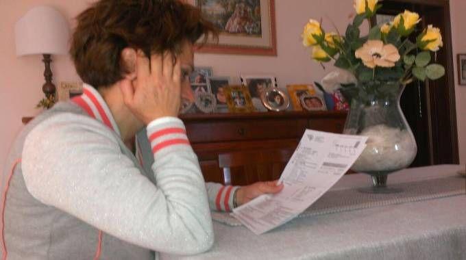 Una donna controlla la bolletta