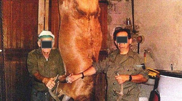 I bracconieri con una delle prede proibite