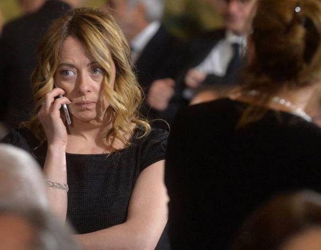 Giorgia Meloni al telefono (ImagoE)