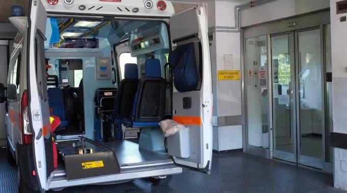 Un'ambulanza davanti al pronto soccorso (foto archivio Calavita)