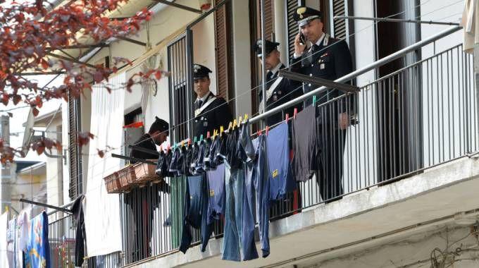 I carabinieri nell'appartamento dell'uxoricidio
