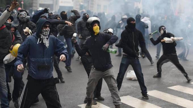 Scontri dei Black bloc a Milano