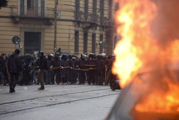 Guerriglia urbana dei NoExpo a Milano