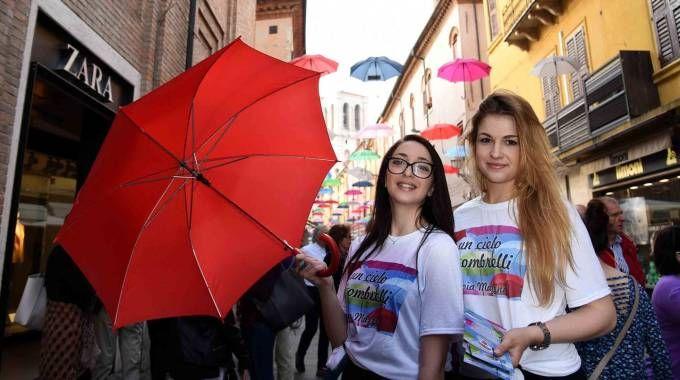Ombrelli in via Mazzini a Ferrara (foto Businesspress)