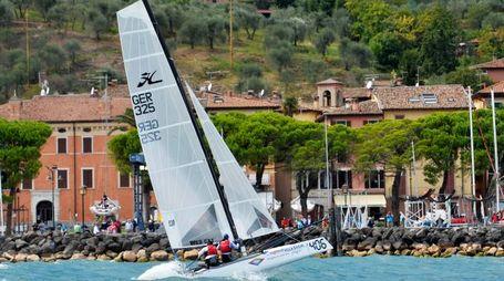 Barca a vela sul lago di Garda