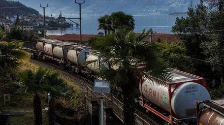 Un treno merci in servizio lungo la linea del Verbano che sarà ammodernata in vista di AlpTransit