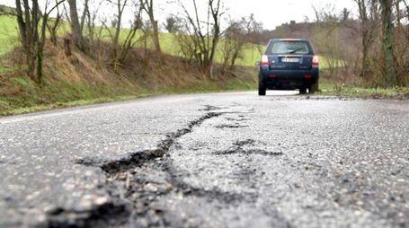 Una strada provinciale dissestata