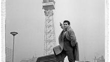 Giacomo Rondinella davanti alla sede Rai di Milano nel 1960