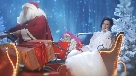 "Laura Pausini nel video di ""Santa Claus is coming to town"", girato a Imola"