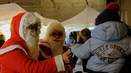 Due Babbi Natale in piazza