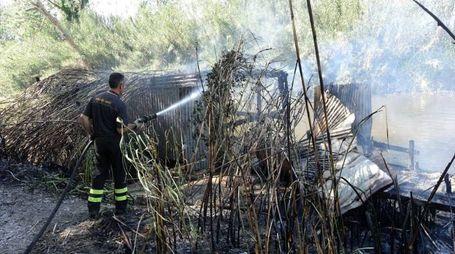 L'incendio di una zona adiacente a via Cimarosa (foto Umicini)