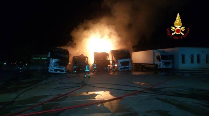Tir in fiamme. Incendio nel parcheggio di una ditta / FOTO / VIDEO