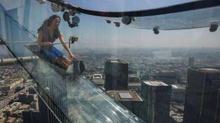 Los Angeles da brividi, uno scivolo a 300 metri dal suolo