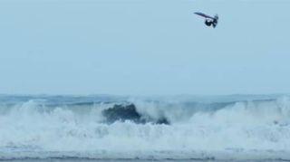 La sfida dell'uomo contro le onde più alte dell'oceano