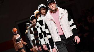 Milano Moda Uomo, i modelli di MSGM sfilano con in testa i foulard