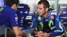 Valentino Rossi parla con il suo team dopo l'ultimo giorno di test a Sepang (Afp)