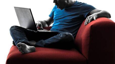 Il nervosismo ci spnge a postare commenti negativi sul web - foto SILHOUETTE by VISION