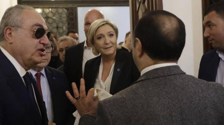 Marine Le Pen rifiuta il velo (Ansa)
