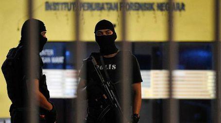 Kuala Lumpur, la polizia malese presidia l'obitorio col in corpo di Kim Jong-nam (Afp)