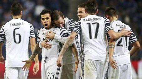 Alves festeggiato dai compagni dopo il gol al Porto (Ansa)