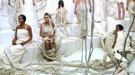 Tod's, Naomi Campbell nell'installazione durante la Milano Fashion Week (Ansa)