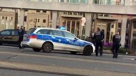 Gli agenti tedeschi feriscono il guidatore (Ansa)