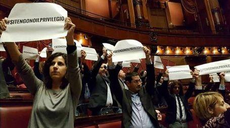 La protesta dei 5 Stelle alla Camera sui vitalizi (Ansa)