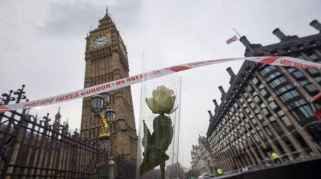 Fiori in omaggio alle vittime dell'attentato di Londra (Afp)