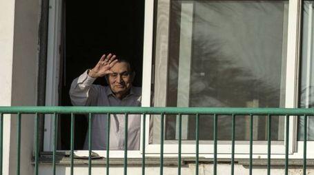 L'ex presidente egiziano Hosni Mubarak saluta dalla sua stanza in ospedale (Afp)