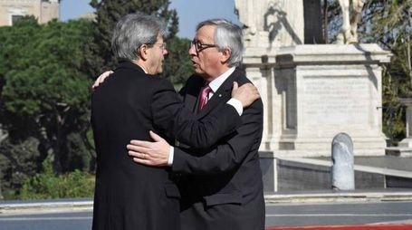 L'abbraccio tra Juncker e Gentiloni (Afp)