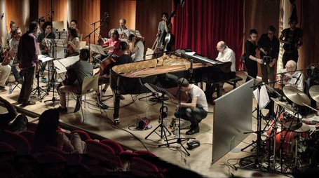 Mazzarino (al centro) e i musicisti del film