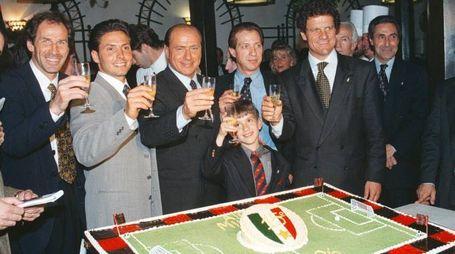 Berlusconi e il Milan: foto di famiglia (con Capello e Baresi) datata 1996 - Ansa