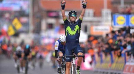 Valverde, le dita a indicare il cielo in omaggio a Michele Scarponi (Tim De Waele)